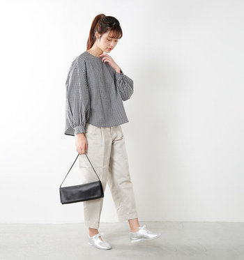 ふわっとしたシルエットの袖がキュートな、パフスリーブブラウス。ギンガムチェックは女性らしい印象を与えてくれる柄なので、白のカジュアルパンツと合わせて可愛くなりすぎないようにバランスを取るのがおしゃれポイントです。