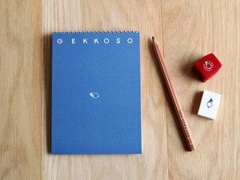 繊細な色合いとシンプルなホルンのマーク、GEKKOSOのロゴが計算され尽くされたスケッチブック。中のメモ紙はドットや色紙のような淡いカラー紙などから選ぶことができます。