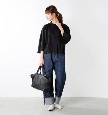 黒のブラウスにデニムパンツを合わせれば、普段使いにもぴったりな女性らしいスタイリングに。黒ブラウスはお出かけの時しか使えないと感じている方に、ぜひ挑戦してほしいコーディネートです。