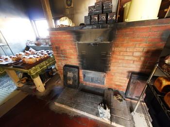 ミルトコッペのパンは、手づくりの窯で焼き上げられています。小さい頃食べていたような素朴なコッペパンが人気のお店です。