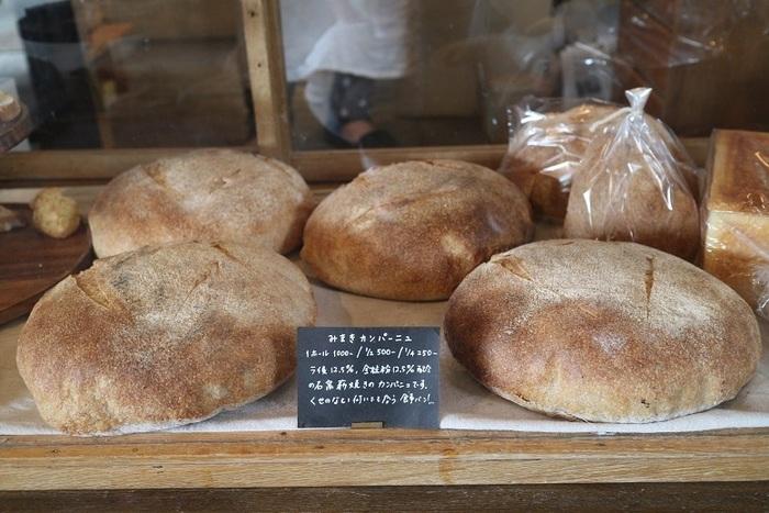 わざわざで購入できるのは、食パンとカンパーニュのみ。毎日、食事と一緒にいただけるシンプルなパンを提供したいとのことから、この2種類のみ作っているそうですよ。素朴だけど、自然な甘みを感じられる食パンとカンパーニュを買いに出かけてみては。