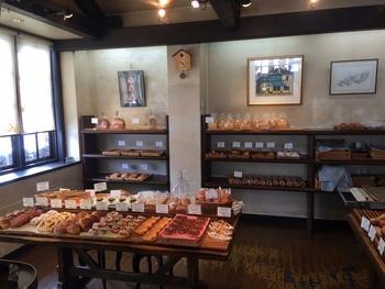 木を基調とした温かみのある店内には、デニッシュなどの菓子系パンからハード系のパン、食パンなどたくさんのパンが並んでいます。どれも美味しそうですね。