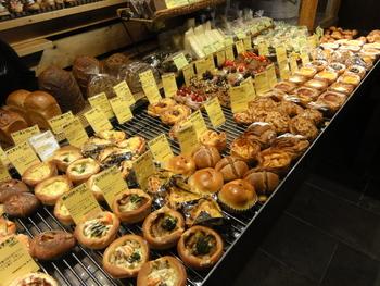 コンパクトな店内にところ狭しと並ぶパンは、なんと300種類!たくさんのパンに囲まれて、どれを食べようか迷ってしまいますね。