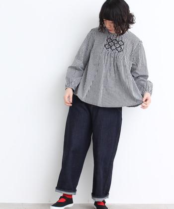 ゆったり着られるスモッグシルエットのブラウスは、デニムのワイドパンツと合わせてカジュアルに。ギンガムチェックを取り入れるだけでキュートな印象をプラスできるので、ボーイッシュになり過ぎないのも魅力的ですね。