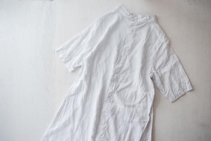 リバーシブルで着られる2wayタイプのワンピースなので、合せるアイテムやその日の気分に合わせて、シャツワンピースとしてもシンプルワンピースとしても着ることができます。