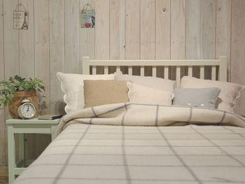 白をベースカラーに、白木のカントリーな木目、ベージュや水色など、パステル調の緑色などの同系色で統一すると、とってもナチュラルで優しい空間に。