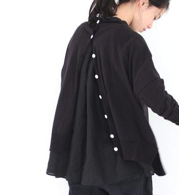 さらに一番上だけ留めると、ゆったりシルエットがふわっと広がって、チュニックのように着られるのも素敵ですよね。