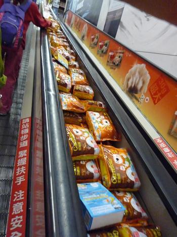 筆者がよく行っていた重慶店は、ショッピングエリアが2フロアに分かれていました。  エスカレーターにも商品があるのにびっくり。  日本ではなかなか見られない光景に驚く日本人旅行者も多いそうです。