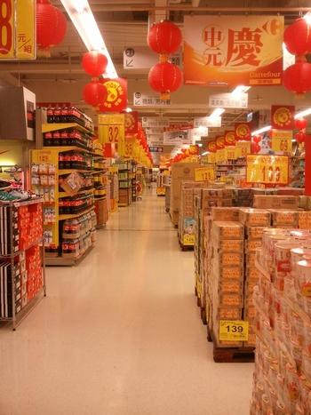 スーパーマーケットは実は台湾お土産の宝庫。  スーパーに行くと、必ず「台灣名産」「台灣土産」などと銘打ったお土産コーナーがあるため、街中のギフトショップを行ったり来たりしなくても、1スーパーでお土産購入を完結させることも可能なんです。  スーパーでまとめてお土産を買っておくことで、ショッピングの時間を観光の時間に充てることもできますね。  台湾はコンビニも多く、いつでもどこでも立ち寄りやすくて良いのですが、やはりお買い得なのはスーパー。 割引やセールもあり、とても楽しいです♪  ここからは、台湾を代表する2大スーパーをご紹介します。