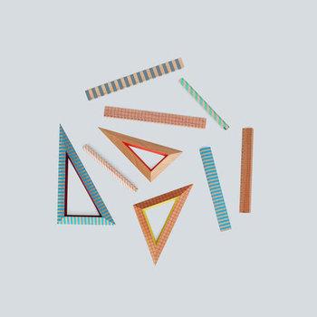カラフルな見た目がとっても可愛い「HAY(ヘイ)」の定規。ペンスタンドにそっと置いておくだけで、何だかハッピーな気分になれる文房具です。特に三角形のルーラーは、キュートなうえに直線用としても使えるのでおすすめです。