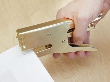 「KIKKERLAND(キッカーランド)」のステープラーは、犬をモチーフにしたとってもユニークなデザイン。もちろん見た目だけでなく実用性もばっちりで、大きめなので複数の書類もしっかりまとめてくれます。デスク上に置いておけば、注目を集めてくれそうですね♪