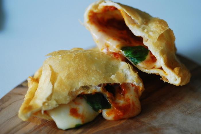 """イタリア南部が発祥と言われる揚げピッツァ。渋谷の「PANZEROTTERIA(パンツェロッテリア)」は、綿実油で揚げた半月型の""""包みピッツァ""""にファンの多いお店です。"""