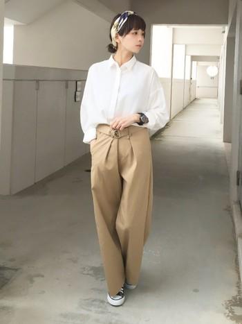 白シャツ×チノパンのきれいめカジュアルに、エレガントな柄物スカーフをプラス。スカーフがアクセントになって素敵です。