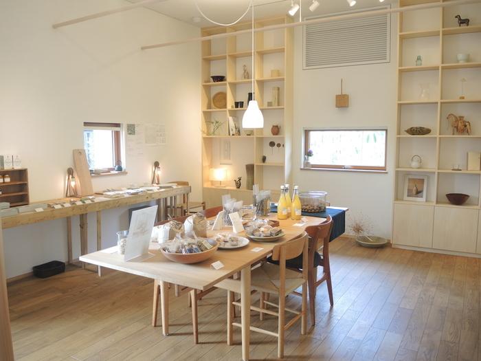 白を基調とした明るいインテリアで、くつろげる雰囲気の店内です。奈良の美味しいものも沢山販売していますよ。