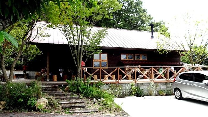 「生瀬ヒュッテ」は、大阪でかつて大行列ができるほどの人気だったパン屋さん「ブランジュリ タケウチ」の店主によって開業されたお店です。見晴らしが良く、自然に囲まれた環境の中にあります。