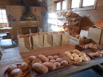 生瀬ヒュッテの特徴は、完全予約制のパン屋さんであること。それでも連日、予約したパンを取りに来るお客さんが絶えません。