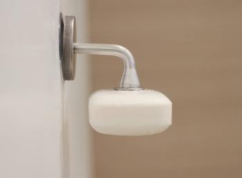 使い終わったあとのぬめりが気になるソープ。なんとソープもご覧の通り壁に吊ることができるんです。