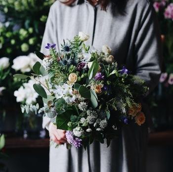お世話になった先生や上司、男性の方にお花を贈る機会もありますよね。「花束は気恥ずかしい」という方にもおすすめなのが、シックな色味やダークカラーを使ったブーケ。落ち着いた雰囲気を醸し出し、高級感を感じさせます。