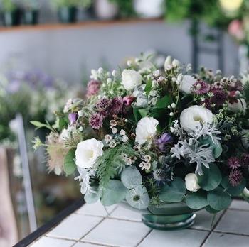 白やグリーンを基調として、アクセントカラーには、相手が好きそうな色を選ぶと喜ばれます。日頃から身に着けているものをチェックしておくといいかもしれませんね。花屋さんにオーダーする際、どんな色味にするか聞かれたときに役立ちますよ。