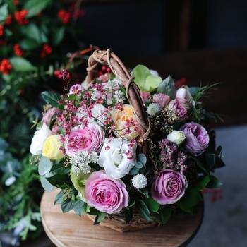 お花の種類もバラやラナンキュラス、カーネーションと豊富なのも人気の理由です。同じピンク系でも、色の濃淡や彩度の違い、グラデーションや斑入りなどさまざま。贈る相手がどんなバッグや小物を使っているか、好みを見極めてくださいね。