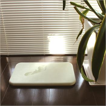その都度バスマットを出して使っても勿論良いのですが、珪藻土でできたこのバスマットは、吸水性にも優れ、湿気知らずでオススメですよ。洗う必要もないので、バスマットの洗濯ストレスもなくなります。