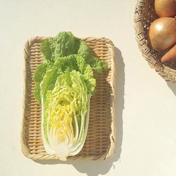 ほぼフラットな形のこうした角盆ざるは安定感抜群なので、野菜の天日干しや茹で野菜の湯切りにも便利。また、主菜や副菜を並べるだけでお洒落なランチプレートにもなります。