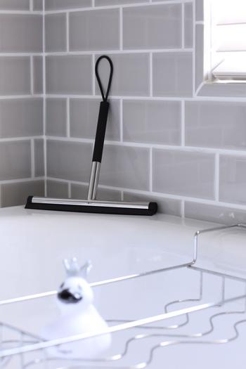 お風呂の壁の水滴は、タオルでもOKですが、スクイージーを使うとより便利です。壁と鏡の水滴を拭き取るだけなら、5分もかからないので習慣にしたいですね。