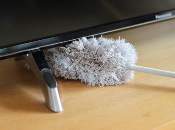 モップタイプは、テレビ台や家具の下やカーテンレールの上など、見えにくい部分のホコリ取りに便利です。