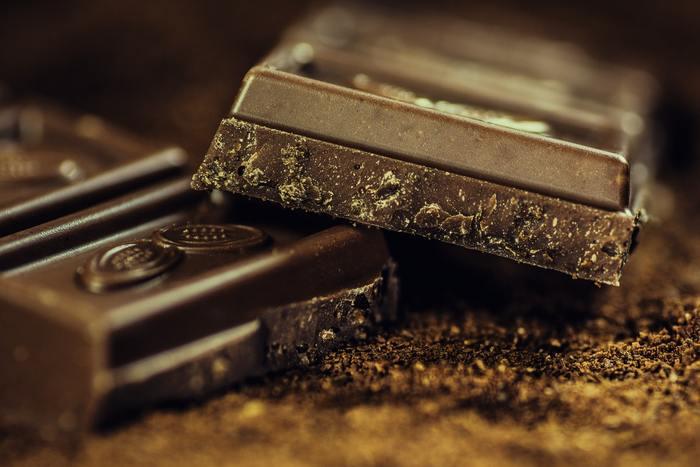 チョコレートは、「なんだか疲れたな」と感じた時に、食べたくなるおやつの代表的存在。ミルクチョコやホワイトチョコは糖分などが多すぎるので、カカオ70%以上のビターチョコを選ぶなど、少しカロリーを気にしながら食べましょう!