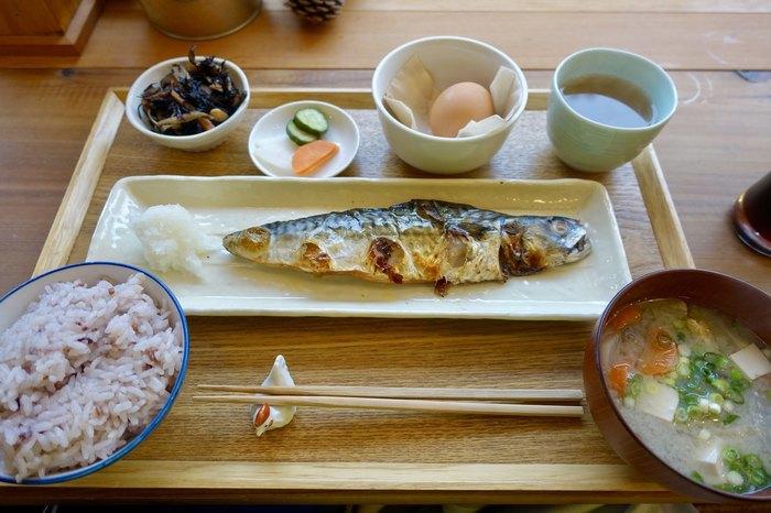 朝食屋を謳ってはいますが、しっかりとした食事の定食メニューも提供していますよ。こちらは茨城県波崎・越田商店さんの「もの凄いサバ定食」。熟成させたつけ汁で作った鯖の文化干しは、ご飯がずっとすすむほどの美味しさ。まわりを散策してお腹をとことん空かせてから、ランチとしていただいてもよさそうですね。