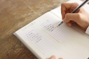 日々のスケジュールを管理しつつ目標を達成するための仕組み作りとして、スケジュール帳の活用方法を工夫してみましょう。手帳に使える便利グッズを揃えておくと、願望達成へのモチベーションアップにもつながります。