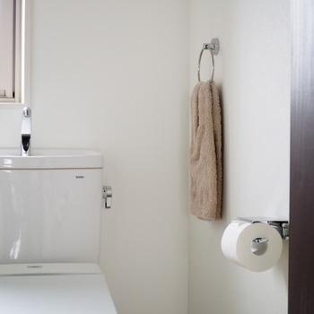 夜寝る前トイレで手を洗って拭いた後、そのタオルでペーパーホルダーや棚の上を軽く拭いて、そのままお洗濯カゴに入れ新しいタオルをセットすれば、節約&時短でキレイに。