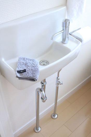 トイレの手洗い部分は狭いので、水をたくさん出すと水はねしてしまう場合がありますよね。水垢の原因になるので、サッとマルチクロスで全体を拭きましょう。