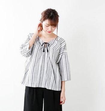 コットン100%でさらりと着られるプルオーバーのシャツは春に大活躍するアイテム。大きく開いた襟元が、首やデコルテをきれいに見せてくれます。