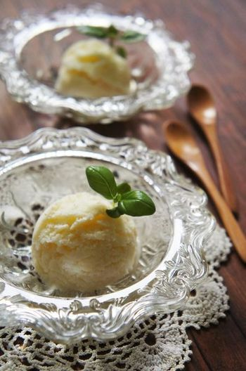 """チーズの王様""""パルメジャーノ・レッジャーノ""""の香り豊かなジェラードです。絹ごし豆腐とヨーグルトを混ぜこむことで、さわやかでとってもヘルシーなスイーツに。"""