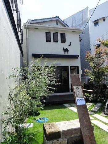 鎌倉駅西口より歩いて7分程。鎌倉と長谷を結ぶ由比ヶ浜通り沿い、六地蔵の交差点の近くにあるのが、山形料理のお店「ふくや 六地蔵店 」です。こちらは宿泊施設「HOSTEL YUIGAHAMA」に併設された食事処ですが、宿泊客以外でも気軽に利用することができます。
