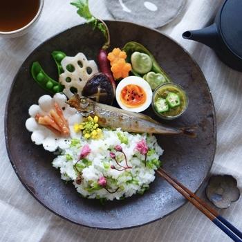 春らしい菜の花ご飯に、ソラマメなどを添えた彩り豊かなワンプレート。まるで旅館の朝食みたいに華やかで、季節感たっぷりです。
