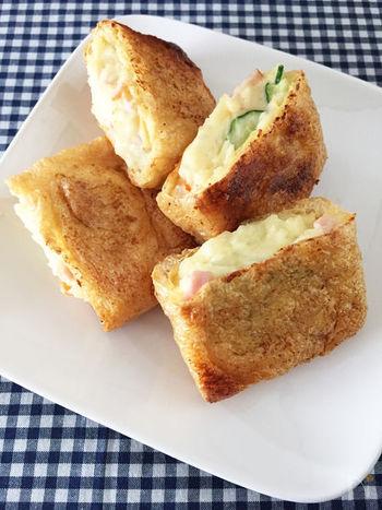 ポテトサラダを油揚げにつめてトーストするだけのお手軽レシピ。香ばしいお揚げと、ほくほくのじゃがいもが絶品です♪
