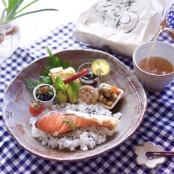 朝食に和食を食べたくなっても、お椀に盛りつけたお米とおかずだけでは、何だか味気ない……。だけどおにぎりを作るのは、朝からひと手間がかかってしまいますよね。ワンプレートにまとめれば、おにぎりを作らなくてもおしゃれなモーニングに。