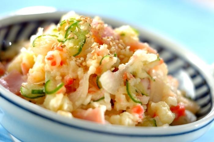 マヨネーズなどを使わず、白みそとヨーグルトを使ってつくるポテトサラダ。具材にも、ミョウガや紅ショウガをつかって大人の風味に仕上げています。