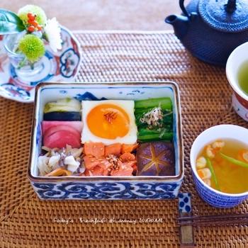 モザイクみたいに彩り豊かに具材を敷き詰めた「モザイク寿司」が人気ですが、モザイク寿司をアレンジしたのが「モザイクご飯」。お漬物や目玉焼き、小松菜などを敷き詰めて、カラフルで楽しい朝食に♪
