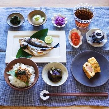 和食では、いろんなお料理をちょっとずついただきたい女性も多いのでは?だけど一品ずつお皿に盛りつけて並べると、テーブルがごちゃごちゃしてしまい雑なイメージに。そこで活躍するのが、ランチョンマットです。和朝食にまとまり感が生まれ、丁寧な印象が高まります。