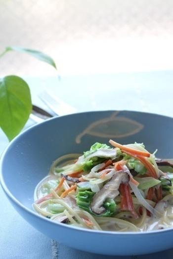 たくさんの野菜を摂取できる、ちゃんぽん風のスープパスタ。豆乳スープなので、お野菜にはあまり含まれていないタンパク質も同時に採ることができます。冷蔵庫に余った野菜のお掃除料理としても、活躍しそうです。