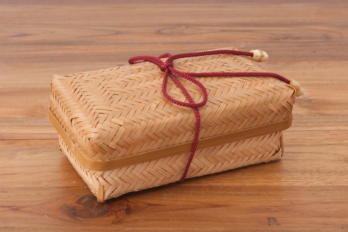 """【雅竹(みやびたけ)のすす竹アジロ弁当】 """"雅竹""""は大分県で竹製品を作っている株式会社ヤマキのブランド。竹を丁寧に製品用に加工するところから手掛けています。このお弁当箱もそうやって大切に手を加えられた竹からできています。まるで昔話にでてくるおむすび入りのお弁当箱のような風情です。"""