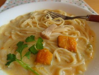 濃厚なスープパスタを楽しみたい時には、クリーム系のレシピがおすすめです。スープの作り方は、水に牛乳を加え、小麦粉でとろみをつけて、調味料で味つけするだけ。具材を変えればバリエーションが広がるので、マスターしておくと重宝します。白菜やカボチャ、エリンギやカキなど、たくさんの具材を使用した栄養満点のスープパスタです。