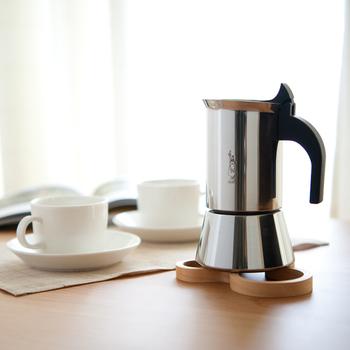 下のタンク部分に水を入れ、中ほどにあるバスケット部分にコーヒーの粉を入れて火にかけるという使い方をします。すると、沸騰したお湯が蒸気の圧力でバスケット部分を通過しコーヒーが抽出されるという仕組みなんだとか。 抽出されるコーヒーは、エスプレッソの中間くらいということなので、濃いめのコーヒーが好きという方におすすめのポットです。
