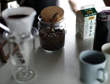 シンプルなデザインで人気のジャーも持っておきたいところ。コーヒー豆をあえて見せる収納として置いておくと、とっても絵になりますよね。 どんどんカフェ気分を味わっちゃいましょう!