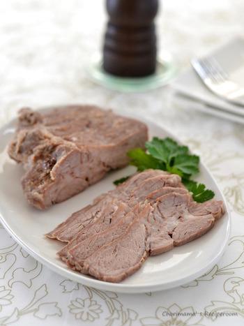 ブロック肉の常備菜の定番、「塩豚」。下味を揉みこんで蒸し煮にするだけなので、思っているよりも簡単なんですよ。オードブル、サンドイッチ、ラーメンのトッピングなど、大きなブロックでもあっという間に食べてしまえる作り置きです。