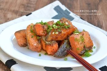 唐揚げにした生鮭にハチミツとマスタード、醤油のタレに絡めた常備菜は時間が経ってもお魚独特の臭みを感じず、お弁当にもおすすめの1品。揚げることで、皮はカリカリ身はふっくらして幅広い年代の方に喜ばれそう。冷蔵保存で2日程度日持ちするので、食べる時はトースターで温め直してくださいね。