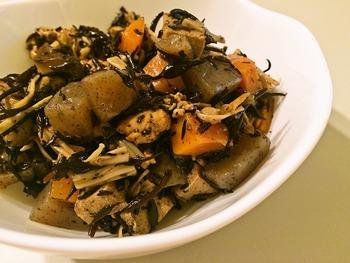 ひじきと高野豆腐、こんにゃくや根菜を甘辛く炒り煮にした常備菜。そのままはもちろん、混ぜごはん、おにぎり、玉子焼きの具、つくねのたねと混ぜたりと、冷蔵庫にストックしておくと使い勝手が良く大活躍です。
